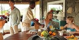Un petit-déjeuner en famille sous la véranda de votre Villa